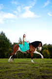 Όμορφη γυναίκα με ένα άλογο στον τομέα Κορίτσι επάνω Στοκ εικόνες με δικαίωμα ελεύθερης χρήσης