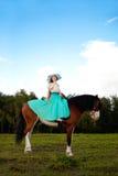 Όμορφη γυναίκα με ένα άλογο στον τομέα Κορίτσι επάνω Στοκ εικόνα με δικαίωμα ελεύθερης χρήσης