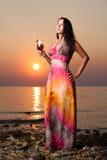 Όμορφη γυναίκα με ένα κοκτέιλ στην παραλία Στοκ εικόνα με δικαίωμα ελεύθερης χρήσης