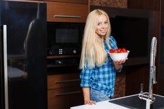 Όμορφη γυναίκα με ένα πιάτο των φραουλών Στοκ φωτογραφία με δικαίωμα ελεύθερης χρήσης