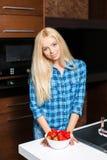 Όμορφη γυναίκα με ένα πιάτο των φραουλών Στοκ εικόνες με δικαίωμα ελεύθερης χρήσης