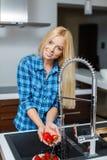 Όμορφη γυναίκα με ένα πιάτο των φραουλών Στοκ Εικόνα