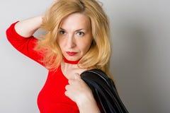 Όμορφη γυναίκα με ένα σοβαρό βλέμμα Στοκ Φωτογραφία