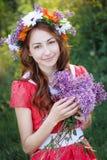 Όμορφη γυναίκα με ένα στεφάνι και με μια ανθοδέσμη των πασχαλιών Στοκ φωτογραφίες με δικαίωμα ελεύθερης χρήσης