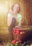 Όμορφη γυναίκα με ένα σύνολο καλαθιών των μήλων Στοκ φωτογραφία με δικαίωμα ελεύθερης χρήσης