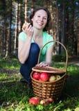 Όμορφη γυναίκα με ένα σύνολο καλαθιών των μήλων Στοκ εικόνα με δικαίωμα ελεύθερης χρήσης