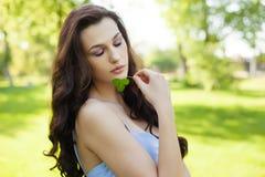 Όμορφη γυναίκα με μακρυμάλλες, cosmetology ομορφιάς, τρίχας και eco Στοκ Φωτογραφία