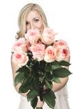 Όμορφη γυναίκα με μια δέσμη των ρόδινων τριαντάφυλλων στοκ εικόνες