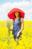Όμορφη γυναίκα με μια ανθοδέσμη των wildflowers Στοκ εικόνα με δικαίωμα ελεύθερης χρήσης