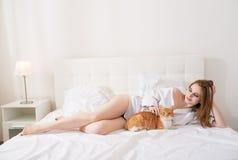Όμορφη γυναίκα με μια κόκκινη γάτα στοκ εικόνα με δικαίωμα ελεύθερης χρήσης
