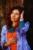 Όμορφη γυναίκα με μια ξύλινη δομή με τα σκουλαρίκια φτερών, στον ήλιο Στοκ φωτογραφίες με δικαίωμα ελεύθερης χρήσης
