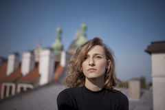 Όμορφη γυναίκα με μια σοβαρή έκφραση στο πρόσωπό της Στοκ φωτογραφία με δικαίωμα ελεύθερης χρήσης