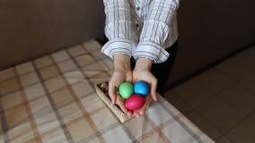 Όμορφη γυναίκα με τα αυγά Πάσχας φιλμ μικρού μήκους