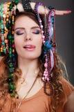 Όμορφη γυναίκα με τα βραχιόλια περιδεραίων κοσμήματος Στοκ εικόνες με δικαίωμα ελεύθερης χρήσης