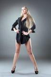Όμορφη γυναίκα με τα λεπτά πόδια στοκ φωτογραφία