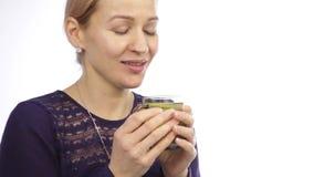 Όμορφη γυναίκα με τα κρύα και καυτό τσάι ποτών με το λεμόνι απόθεμα βίντεο