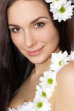 Όμορφη γυναίκα με τα λουλούδια Στοκ φωτογραφία με δικαίωμα ελεύθερης χρήσης