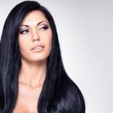 Όμορφη γυναίκα με τα μακριά ευθέα τριχώματα Στοκ φωτογραφία με δικαίωμα ελεύθερης χρήσης