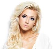 Όμορφη γυναίκα με τα μακριά ξανθά μαλλιά Στοκ Εικόνες