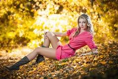 Όμορφη γυναίκα με τα μακριά πόδια στο πάρκο φθινοπώρου Στοκ εικόνες με δικαίωμα ελεύθερης χρήσης
