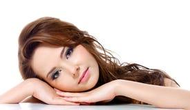 Όμορφη γυναίκα με τα μακριά τριχώματα Στοκ φωτογραφία με δικαίωμα ελεύθερης χρήσης