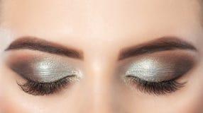 Όμορφη γυναίκα με τα μακροχρόνια eyelashes και με την όμορφη σύνθεση βραδιού στοκ φωτογραφίες