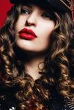 Όμορφη γυναίκα με τα μεγάλα εμπαθή κόκκινα χείλια Στοκ εικόνες με δικαίωμα ελεύθερης χρήσης