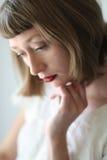 Όμορφη γυναίκα με τα μπλε μάτια και το κόκκινο κραγιόν Στοκ Φωτογραφίες