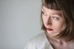 Όμορφη γυναίκα με τα μπλε μάτια και το κόκκινο κραγιόν Στοκ εικόνα με δικαίωμα ελεύθερης χρήσης