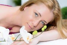 όμορφη γυναίκα με τα μπλε μάτια στο σαλόνι SPA στοκ φωτογραφίες με δικαίωμα ελεύθερης χρήσης