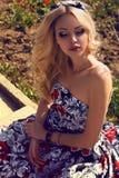 1b6900b9c5bd Όμορφη γυναίκα με τα ξανθά μαλλιά στο κομψό φόρεμα στο πάρκο στοκ φωτογραφία