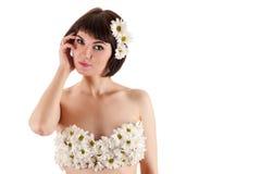 Όμορφη γυναίκα με τα λουλούδια, στηθόδεσμος μόδας των χρυσάνθεμων στοκ εικόνες