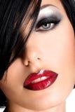 Όμορφη γυναίκα με τα προκλητικά κόκκινα χείλια και το μάτι makeup Στοκ Εικόνες