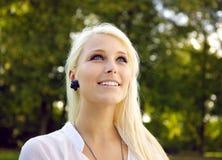 Όμορφη γυναίκα με τα σκοτεινά δέντρα στην ανασκόπηση Στοκ Εικόνα