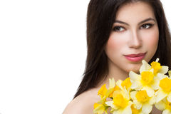 Όμορφη γυναίκα με τα daffodils στοκ εικόνες με δικαίωμα ελεύθερης χρήσης