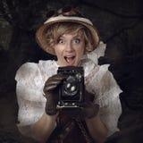 Όμορφη γυναίκα με την αναδρομική κάμερα στη ζούγκλα Στοκ Εικόνες