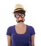 Όμορφη γυναίκα με την αστεία μάσκα και το καπέλο Στοκ εικόνα με δικαίωμα ελεύθερης χρήσης