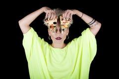 Όμορφη γυναίκα με την ασυνήθιστη σύνθεση καλύψεις στις ανοικτό πράσινο μπλουζών Στοκ Φωτογραφία