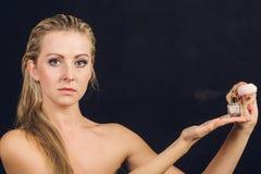 Όμορφη γυναίκα με την εκμετάλλευση και την εφαρμογή του αρώματος Στοκ Εικόνες