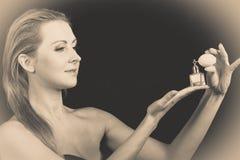 Όμορφη γυναίκα με την εκμετάλλευση και την εφαρμογή του αρώματος Στοκ φωτογραφία με δικαίωμα ελεύθερης χρήσης