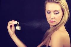 Όμορφη γυναίκα με την εκμετάλλευση και την εφαρμογή του αρώματος Στοκ Φωτογραφίες