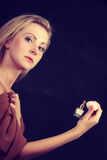 Όμορφη γυναίκα με την εκμετάλλευση και την εφαρμογή του αρώματος Στοκ εικόνες με δικαίωμα ελεύθερης χρήσης