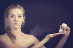 Όμορφη γυναίκα με την εκμετάλλευση και την εφαρμογή του αρώματος Στοκ εικόνα με δικαίωμα ελεύθερης χρήσης