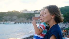 Όμορφη γυναίκα με την εξέταση γιων πέρα από το horison τη θάλασσα, θυελλώδης καιρός απόθεμα βίντεο