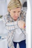 Όμορφη γυναίκα με την εργασία κατσαβιδιών Στοκ φωτογραφία με δικαίωμα ελεύθερης χρήσης
