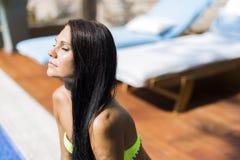 Όμορφη γυναίκα με την κλειστή ηλιοθεραπεία ματιών Στοκ Εικόνες