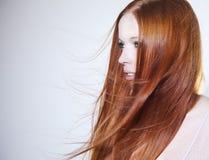 Όμορφη γυναίκα με την κόκκινη τρίχα Στοκ εικόνες με δικαίωμα ελεύθερης χρήσης