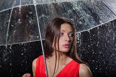 Όμορφη γυναίκα με την ομπρέλα κάτω στοκ φωτογραφία με δικαίωμα ελεύθερης χρήσης