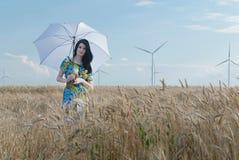 Όμορφη γυναίκα με την ομπρέλα στη σίκαλη Στοκ Εικόνα