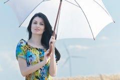 Όμορφη γυναίκα με την ομπρέλα στη σίκαλη Στοκ φωτογραφίες με δικαίωμα ελεύθερης χρήσης